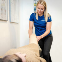 Kiropraktor Århus i Lystrup kvinde undersøgelse knæ 2