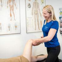 Kiropraktor Århus i Lystrup kvinde undersøgelse knæ 5